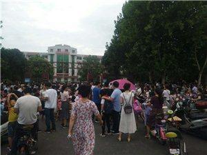 叶县中小学开学第一天,看看校园门口多热闹!