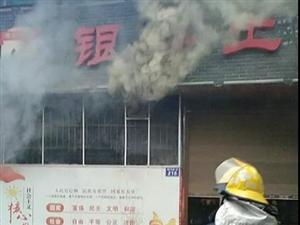 泸州一餐馆突然冒起浓烟,怎么回事?