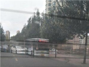 新合小区门前这俩车咋能怼?#28903;?#26679;呢,这得开多快啊