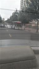 新合小区门前这俩车咋能怼成这样呢,这得开多快啊