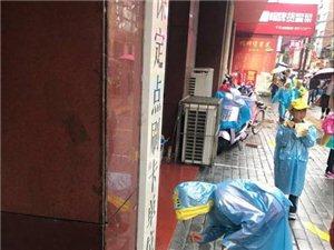 中午2点经过培新街,一群小学生穿着小雨衣在培新街边捡垃圾。