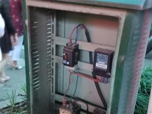 仁寿海峰路口真正饼业外面配电箱缺少箱门,存在安全隐患