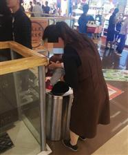 尴尬!六安万达一女子抱着孩子往垃圾桶内小便!