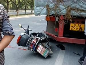 清泉武校附近发生追尾事故,路面一摊血
