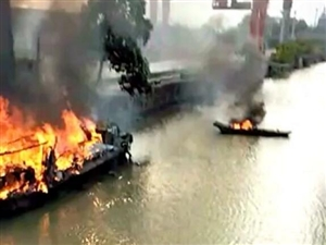 长兴附近水域一大船突发火灾