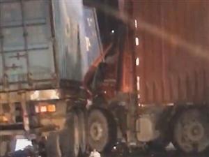 318两辆大货车相撞,现场情况惨烈