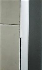 【装修咨询】浴室门边上出现缝隙,而且越来越大,该如何处理?