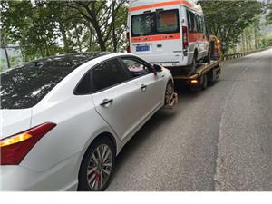 昨天发生的事,富顺一救护车在接病人途中发生事故侧翻