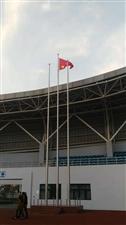 霍邱体育场的国旗就是不一样,倒着挂?