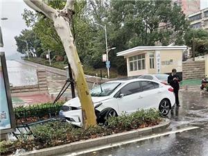 澳门赌博网站大学东大门惊险一幕…铁栏杆被撞烂,石墩撞飞!