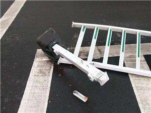 昨夜车站附近发生一起车祸,护栏全部撞倒...