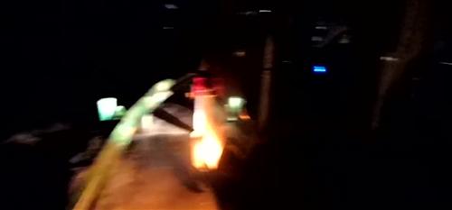 环卫车与抖抖车相撞,一车翻下坎