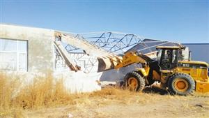铁锋区城管动手拆除近两千平方米违建