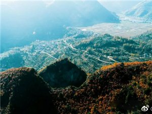 汉中的深秋不仅有多彩的山峦,还有浓墨重彩的天坑群