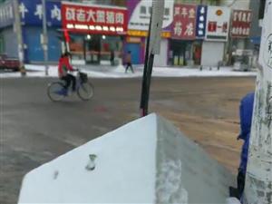 龙安路与雄鹰南街路口东道南的监控盒子还是啥随风飘摇,这也太危险了