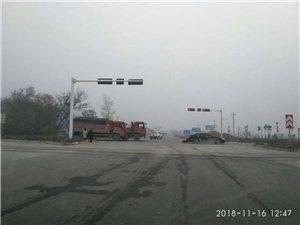 泗水桥小学十字路口发生交通事故