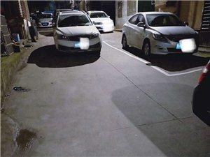 这些人啦,生怕别人不知道你有个车,非要停路中间挡路