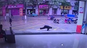荆门南台市场大门口一老人突然倒地鲜血直流,紧接着发生暖心一幕…