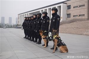 望江特警加强武装巡逻力度,确保群众安全