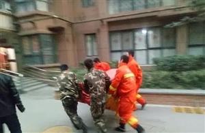 惊险!女子坐15楼空调外机欲跳楼,西安消防员悬空救人