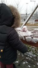 儿子堆雪人,哈哈哈。