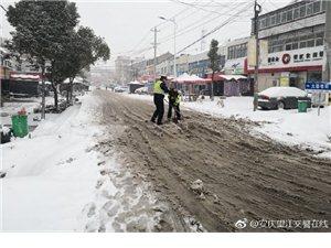 望江交警安全出行提示:雪天行车,道路湿滑,方向难以掌控,请控制好车速,谨慎驾驶