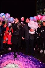 泸州男青年广场求婚2018年岁末的幸福羡煞众人