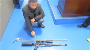 """泸州男子派出所门口举起枪,""""砰""""的一声引来了民警"""