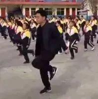 校长带学生跳舞!火了