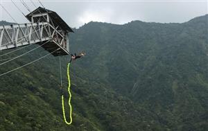 你敢挑战刺激的事情吗?如蹦极跳伞等