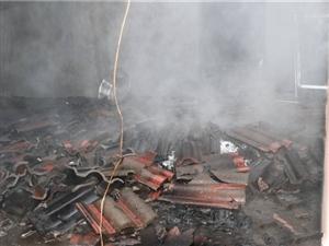 廉政广场突发滔天大火,房顶都烧穿了,差点就…太可怕了!