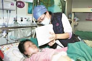 """聋哑孕妈无声分娩,暖心医护人员用纸片与她""""交流"""""""