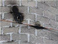 """""""胆大包天""""镇雄这家人贴着高压线修房子,用手测试高压电……"""