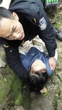 富顺一女孩骑电瓶车摔倒在地,接下来的一幕被路人拍了下来!