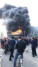 衡水和平路中心街一大楼着火,黑烟滚滚