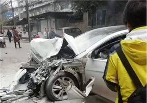 泸州蓝田发生一起车祸:轿车撞上公交车,十余人受伤