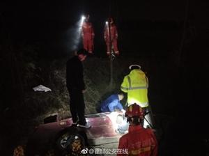 霍邱:紧急避让翻进沟民警凌晨紧急救援