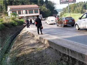 台湾快三app下载官方网址22270.COM顺兜山镇发生三车连撞的交通事故,造成一死一重伤...