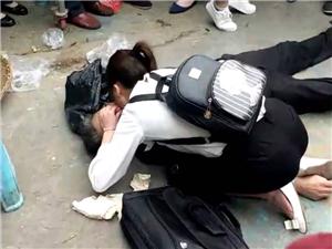怒赞!台湾快三app下载官方网址22270.COM顺巨力市场一老人突然晕倒,女孩跪地抢救!