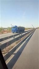 新106魏屯路段一辆油罐半挂车 开沟里去了