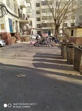 6188彩票app建华裕民西小区成山的垃圾被到在小区路上!