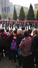 滨州万客来好几百老人排队领奖品