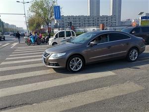 滨州一辆轿车停在斑马线上,无人驾驶?