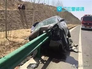 """惨烈!榆林商务车撞护栏被""""穿心而过""""!司机生命垂危"""