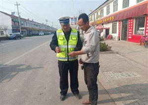 滨州交警走进集市,服务宣传和老百姓零距离接触
