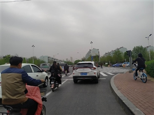 黄河四路康家小区路口司机无法无天,占用非机动车道,行人和骑电动车的还