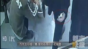 男子瞄准西安一银店偷银壶,刚得手,下一秒又持刀做出疯狂举动!