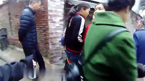 惊险!泸州花季少女站在8楼欲轻生,民警飞身救人!