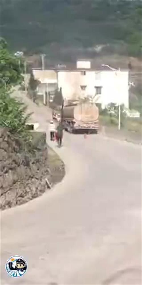 今日上午,泸州叙永一油罐车发生自燃,幸被及时扑灭