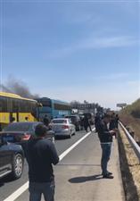 昨天!6188彩票app到哈尔滨方向高速车祸着起大火!过不去了!